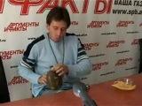 Игорь Растеряев играет на фляжке